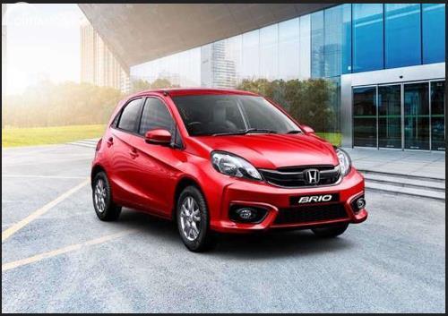 Gambar sebuah mobil Honda Brio berwarna merah dilihat dari sisi depan