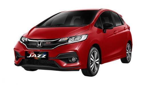 Gambar sebuah mobil Honda Jazz berwarna merah dilihat dari sisi depan