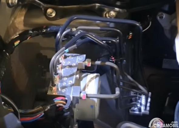 Gambar menunjukkan modul ABS Mitsubishi Xpander 2020