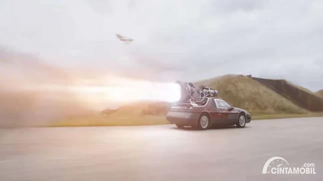 mobil sport Pontiac Fiero dengan mesin roket di atas atap