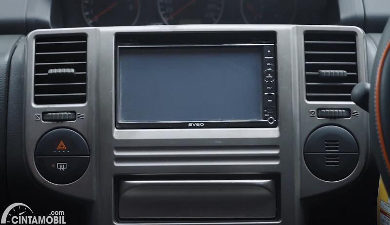 fitur Nissan X-Trail 2.0 MT 2007 berwarna hitam