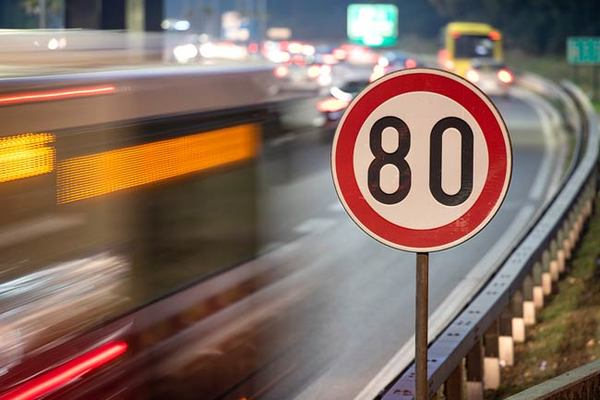 Foto ilustrasi kecepatan maksimum di jalan