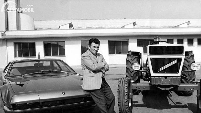 Ferruccio Lamborghini berpose dengan mobil dan traktor Lamborghini