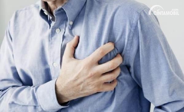 Gambar menunjukkan seseorang terkena serangan jantung