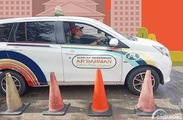 mobil khusus untuk kursus mengemudi