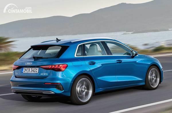 Gambar sebuah mobil Audi A3 Sportback 2020 berwarna biru dilihat dari sisi belakang