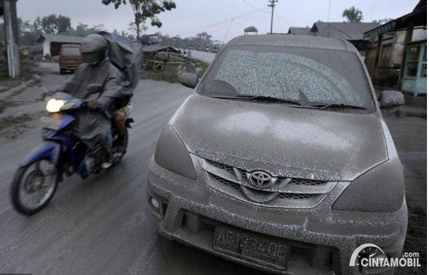 Gambar menunjukkan menyetir saat hujan abu vulkanik