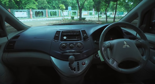 Foto layout dashboard Mitsubishi Grandis 2.4 AT 2006