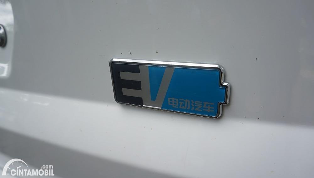 Gambar menunjukkan emblem EV di DFSK Gelora E 2020