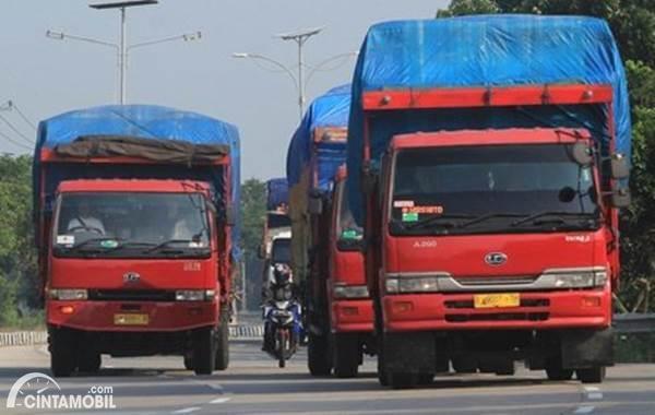 truk dengan kelebihan muatan berpotensi bahaya amat tinggi