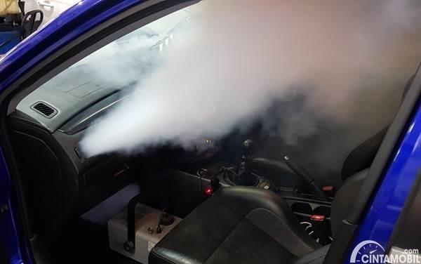 fogging pada kabin mobil berwarna biru