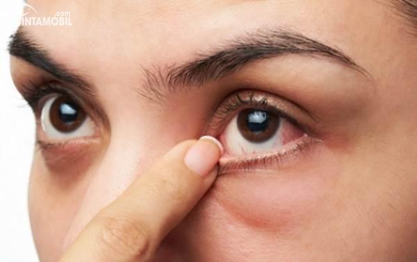 jari menyentuh bagian mata