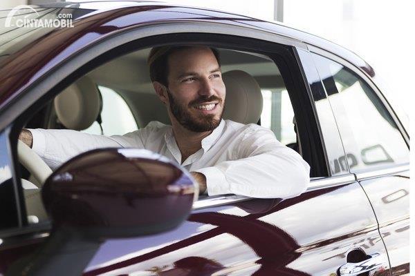 Gambar menunjukan Laki-laki dan mobil