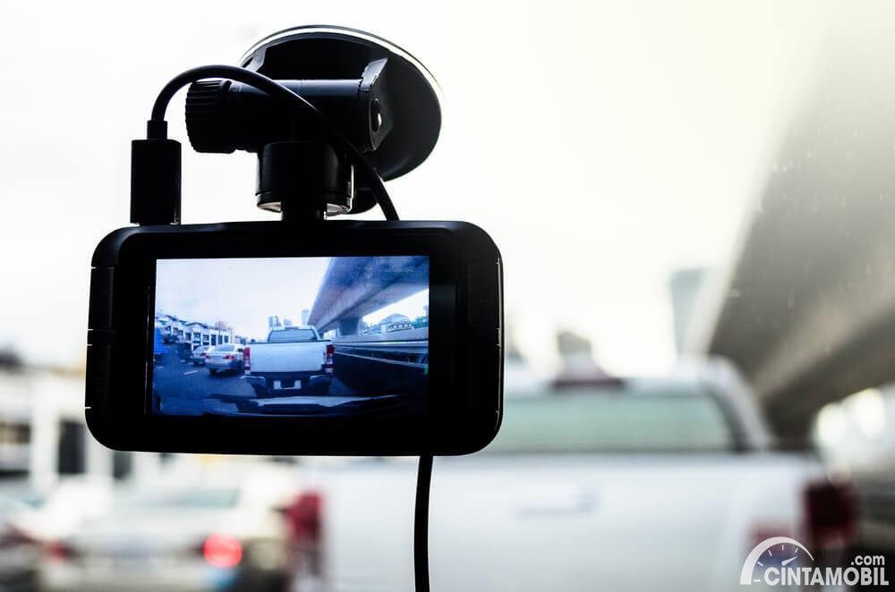 dashcam mobil yang sedang merekam video perjalanan