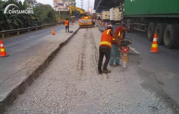 pekerjaan perbaikan di jalan tol