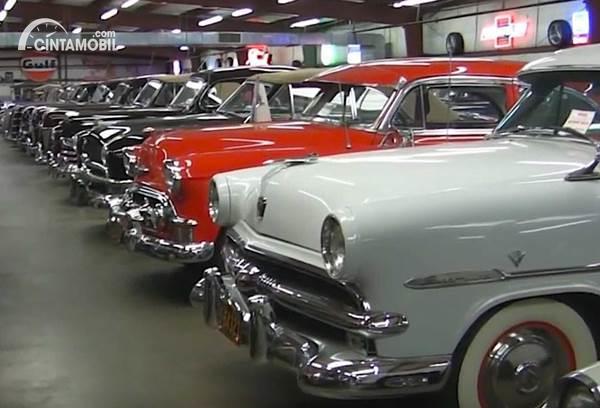 mobil klasik satu tipe terkumpul bersama
