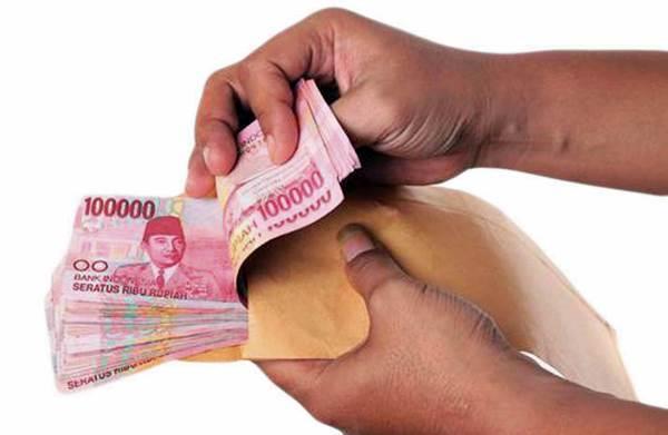 Gambar menunjukkan seorang yang sedang menghitung uang di amplop