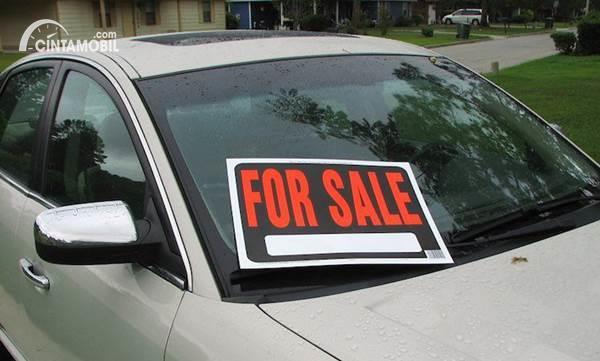 Gambar menunjukkan sebuah unit mobil dijual
