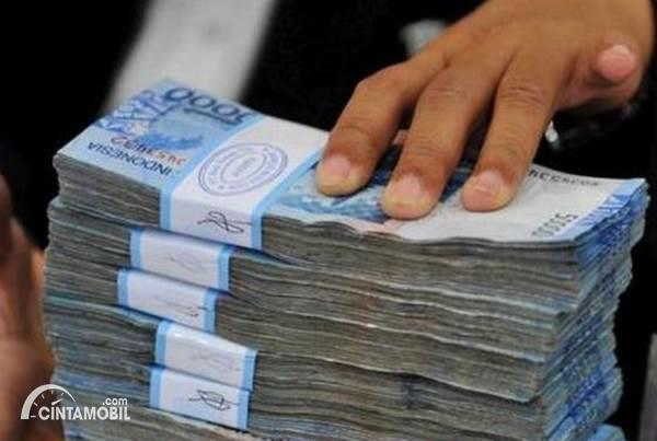 Gambar menunjukkan tumpukan uang di bank