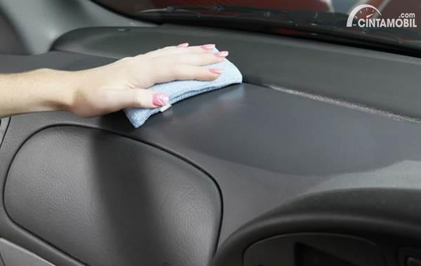 membersihkan dashbaord mobil