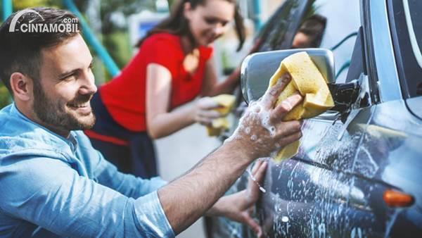 mencuci mobil di rumah bersama anak