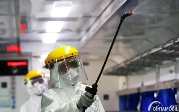 petugas menyemprot disinfektan