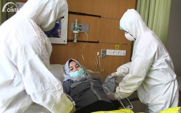 tenaga medis dengan pasien virus corona
