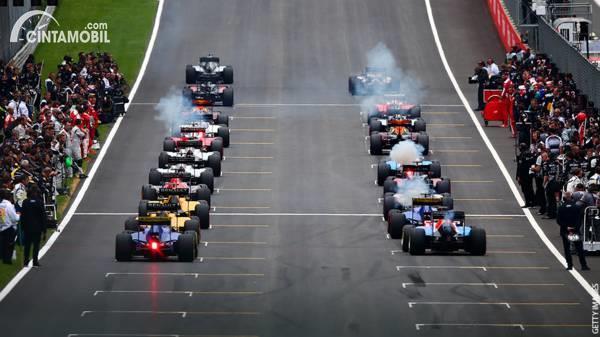 Mobil F1 meninggalkan starting grid untuk melakukan formation lap