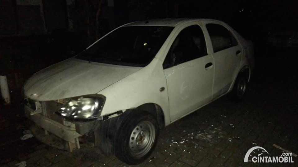 Gambar menunjukkan Toyota Etios Liva ex-Taksi 2013 kondisi bahan