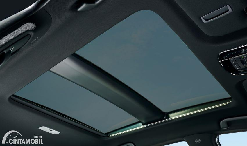 Gambar menunjukkan panoramic roof All New Toyota Harrier 2020