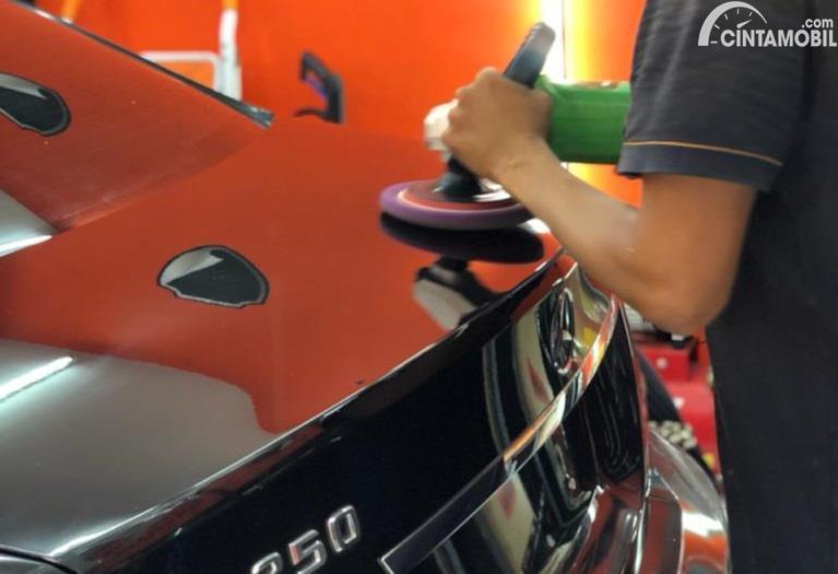 proses teknisi yang memberikan anti karat pada mobil