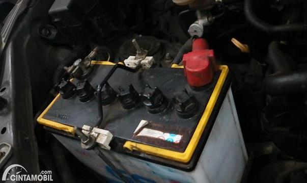Gambar menunjukkan aki GS Astra terpasang di mobil