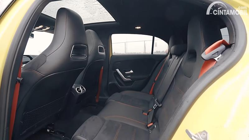 Kursi belakang Mercedes-AMG A 35 4MATIC 2020