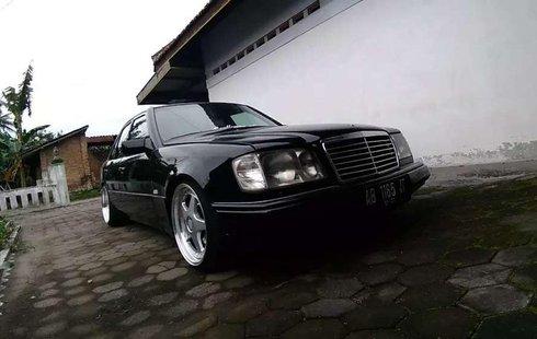 Gambar menujukkan sebuah mobil Mercedes-Benz 300E bekas
