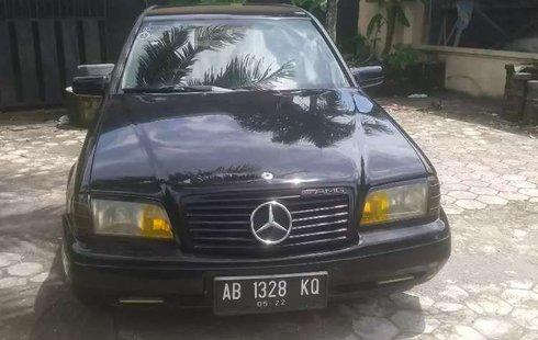 Gambar menunjukkan sebuah mobil Mercedes-Benz dijual dengan harga Rp 30 jutaan
