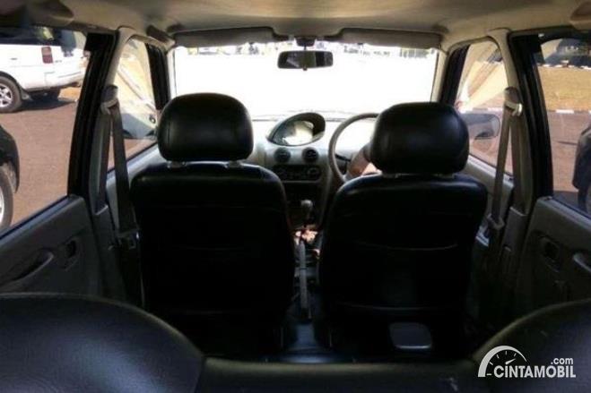 kabin mobil terkecil Daihatsu Ceria berwarna hitam