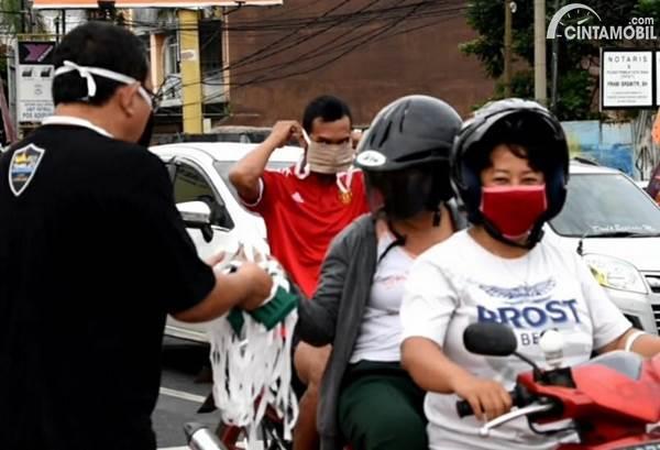 Pembagian masker di jalan oleh TeRuCI