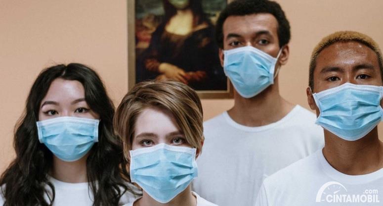 Gambar menunjukan Menggunakan masker