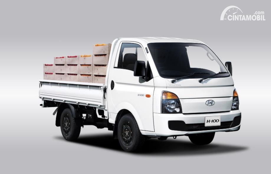 mobil baru Hyundai H-100 berwarna putih