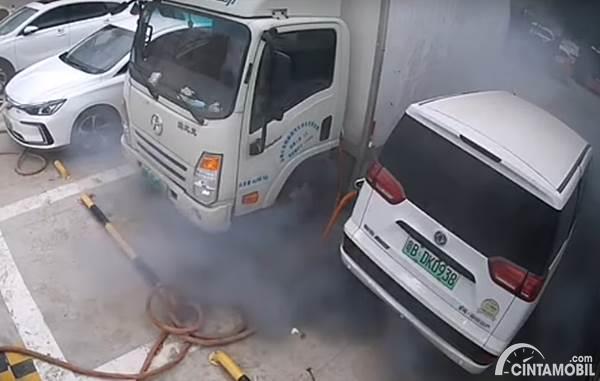 Mobil terbakar saat isi daya baterai