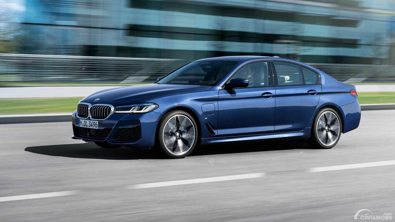 BMW 530e 2021 dengan powertrain plug-in Hybrid
