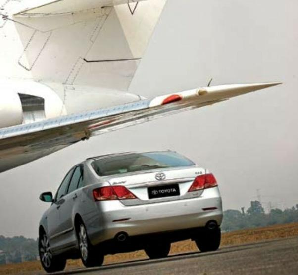 Gambar menunjukkan ilustrasi ringkasan fitur keselamatan Toyota Camry 3.5 Q V6 AT 2006