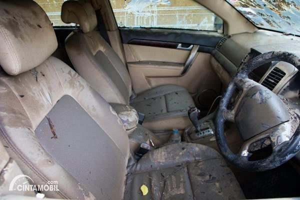 Gambar menunjukan mobil terendam bajir