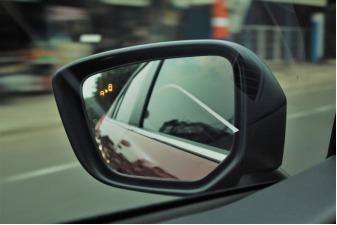 Foto indikator Blind Spot Warning pada Mitsubishi Eclipse Cross Ultimate 2019