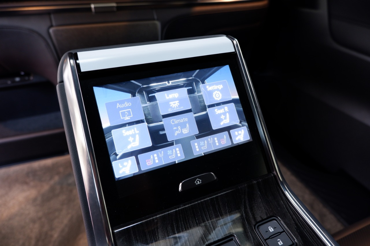 Foto touch screen control panel Lexus LM 350 2020