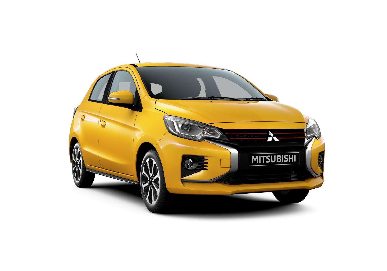 Gambar sebuah mobil Mitsubishi Mirage berwarna kuning dilihat dari sisi depan