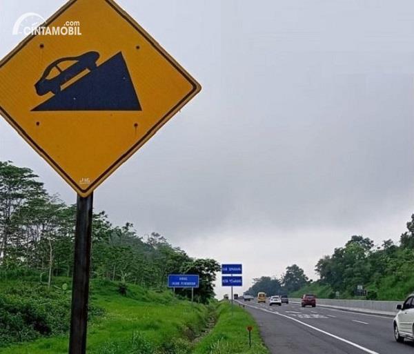 Foto salah satu tanjakan di jalan Tol Semarang-Ungaran