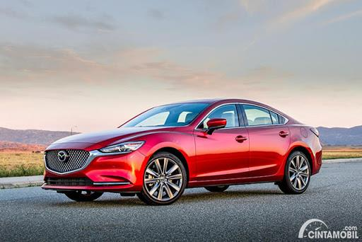 Gambar sebuah mobil Mazda6 berwarna merah dilihat dari sisi depan