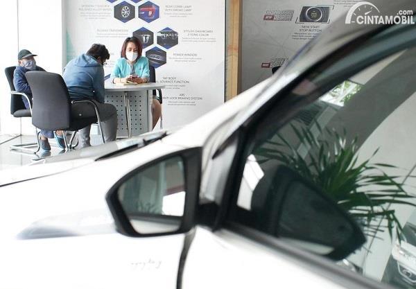 Foto menunjukkan suasana di diler mobil baru
