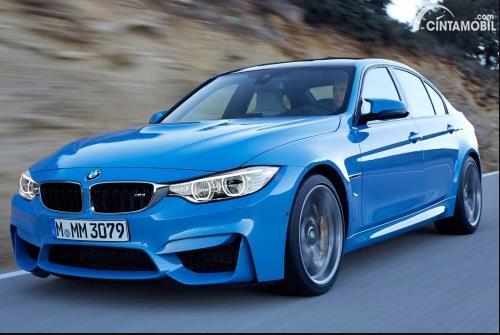 Gambar sebuah mobil BMW M3 berwarna biru sedang berjalan di jalan Indonesia